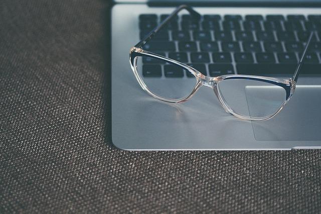 brýle a klávesnice