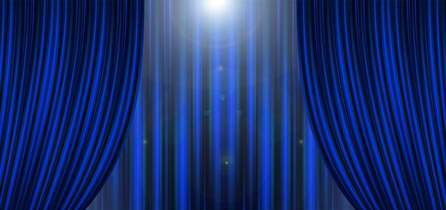 světlo nad oponou