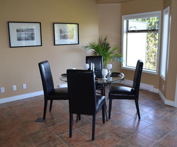kulatý stůl a 4 židle v kůži