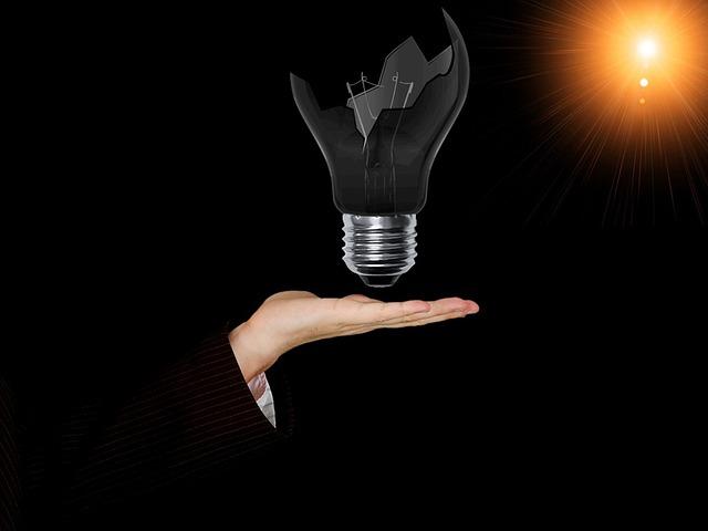 žárovka nad dlaní