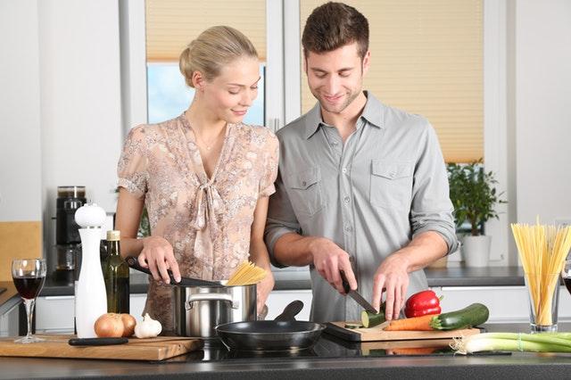 pár připravující večeři