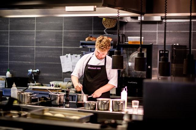 chlap v kuchyni
