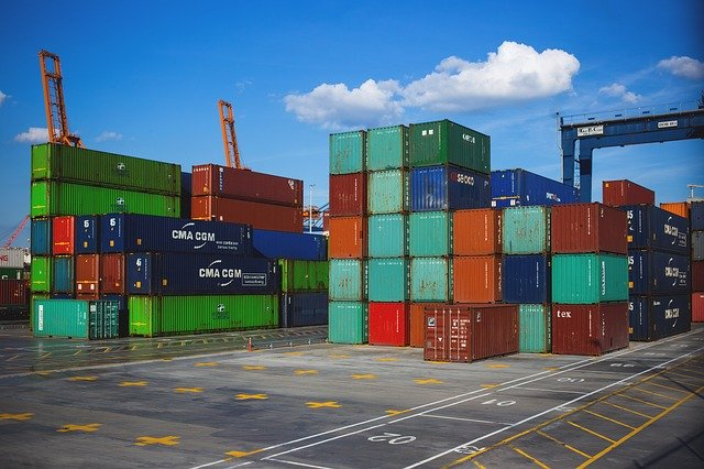 barevné kontejnery na ploše jeřáby