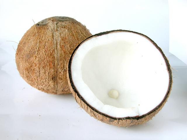 rozpůlený kokosový ořech na podkladu