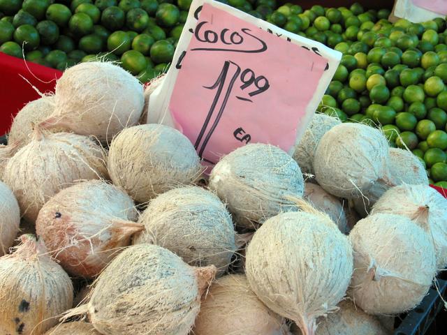 kokosové ořechy na prodej na tržnici